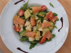 rucola met zalm, meloen en avocado